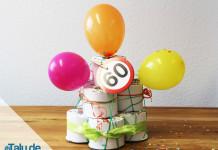 dekorierte Klopapiertorte für einen Geburtstag