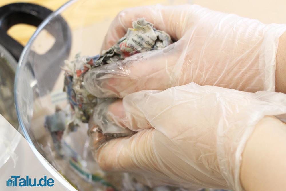 Tragen Sie Handschuhe als Schutz vor der Druckerschwärze.