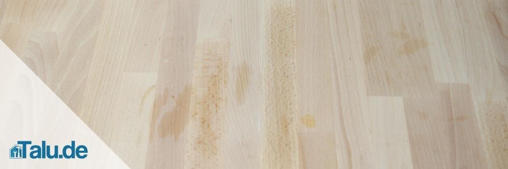Flecken auf einem Holztisch