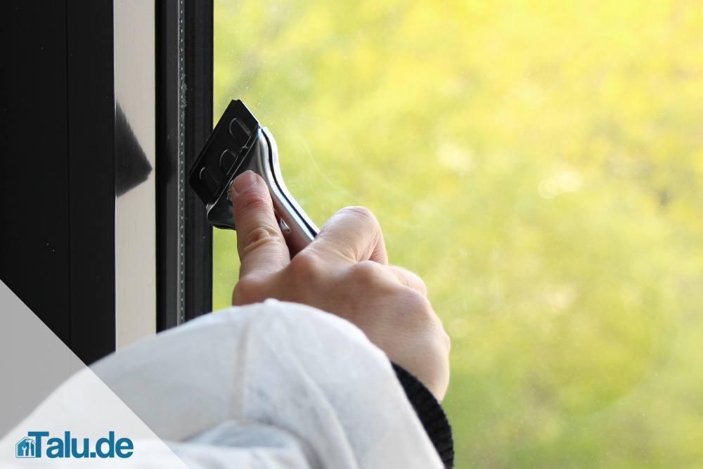 Silikon von Glas vorsichtig entfernen