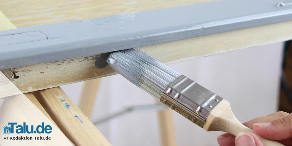Türrahmen mit Pinsel lackieren