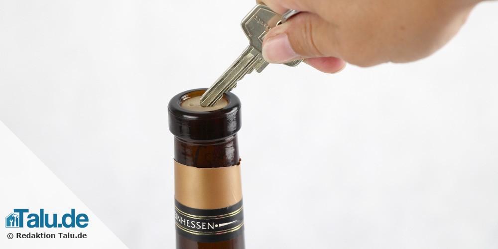 Korken mit dem Schlüssel herausziehen