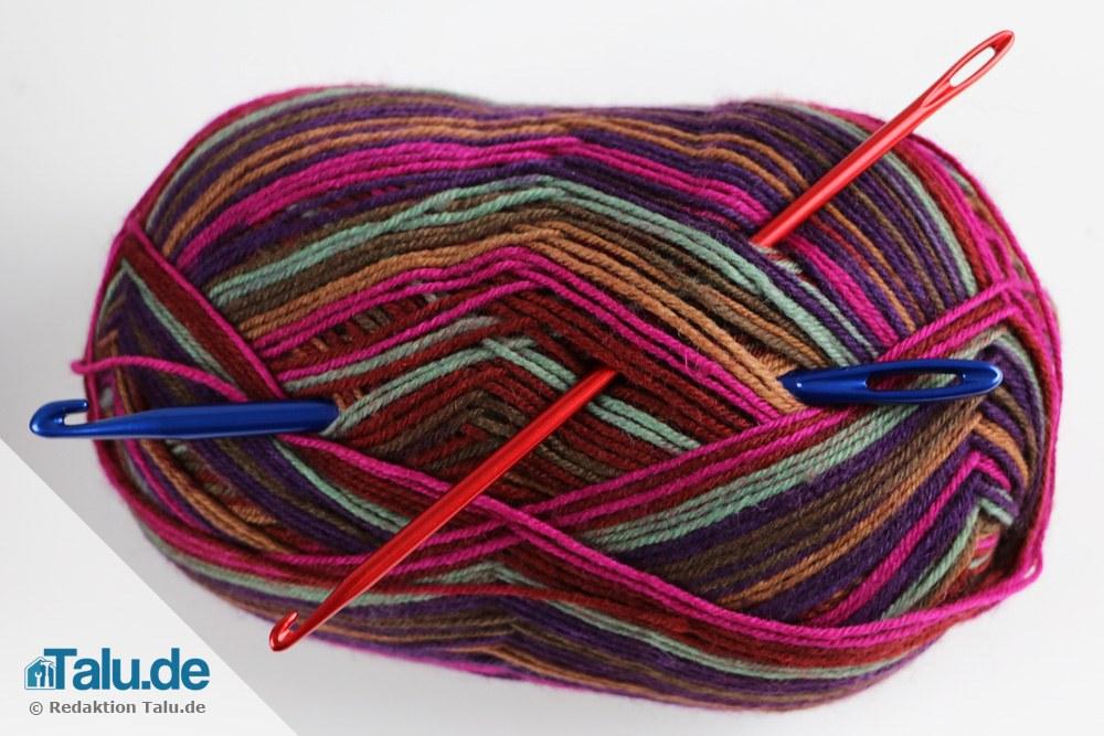 Knooking-Nadeln und Wolle