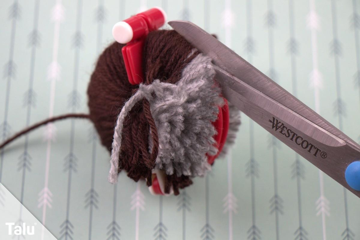 gewickelte Wolle mit Schere aufschneiden