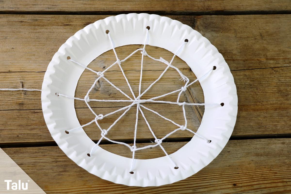 Spinnennetz basteln aus einem Pappteller