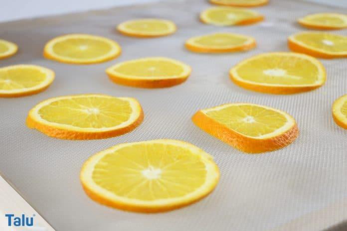 Orangenscheiben auf Gitter