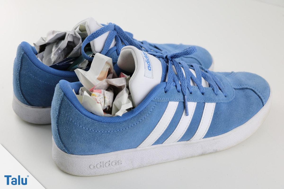 Schuhe mit Zeitungspapier