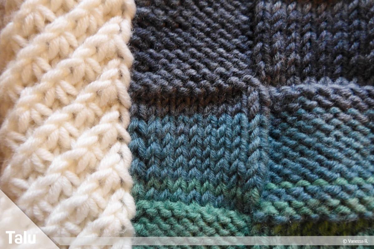 Kissenhülle stricken, Sternchenmuster als Rahmen um Karomuster
