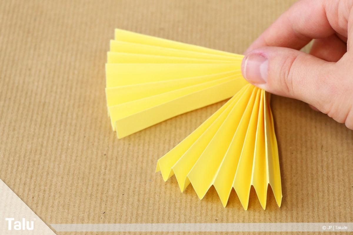 Papierengel basteln, Variante 2, gelben Papierfächer falten