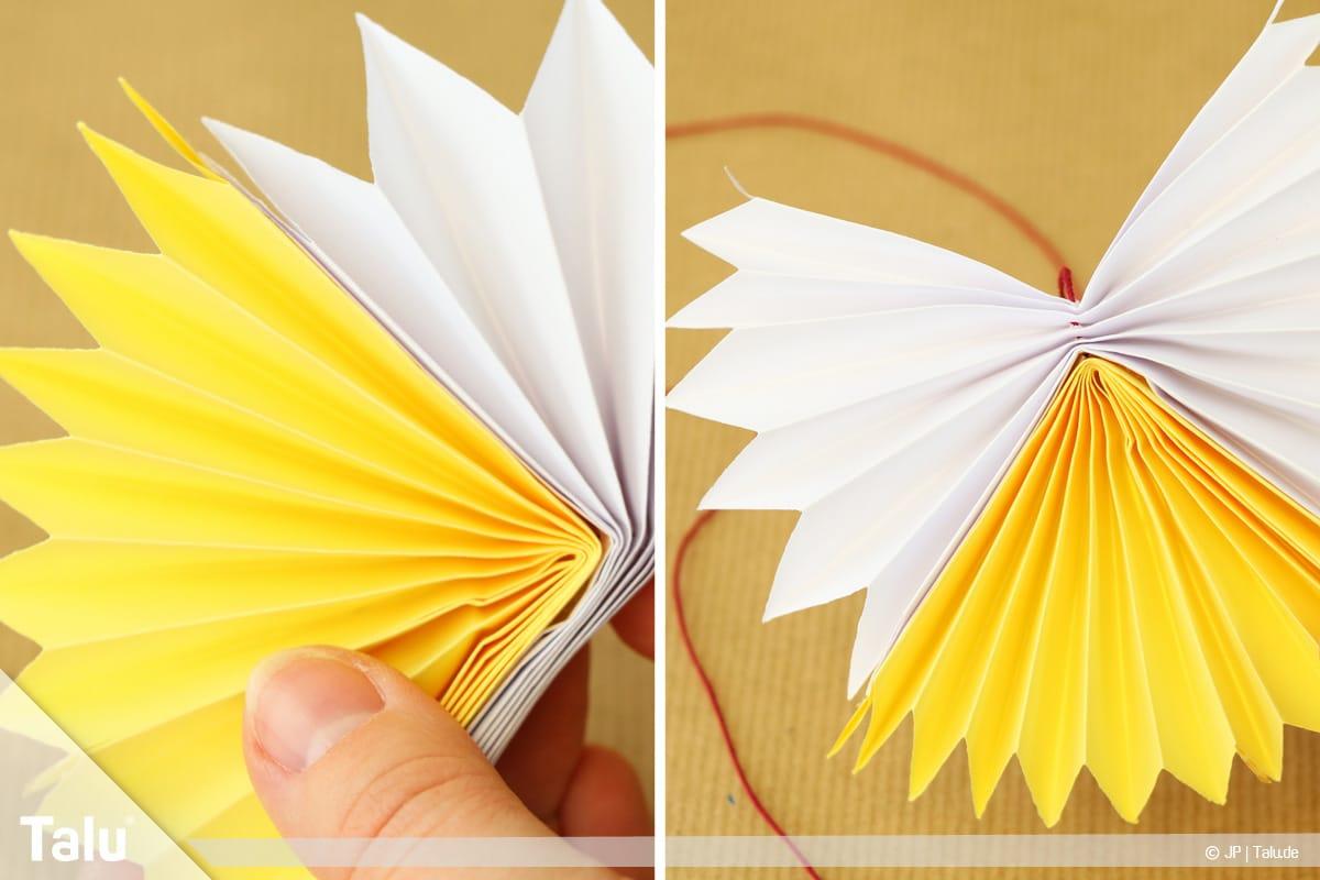 Papierengel basteln, Variante 2, weißen Fächer an gelben Fächer ankleben