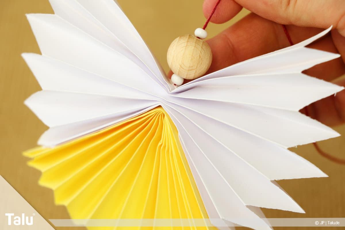 Papierengel basteln, Variante 2, Perlen auffädeln
