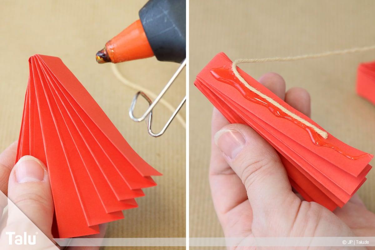 Papierengel basteln, Variante 1, Faden anbringen und Fächer zusammenkleben