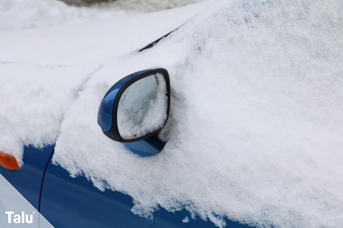 Scheibe im Auto innen beschlagen, eingeschneites Auto