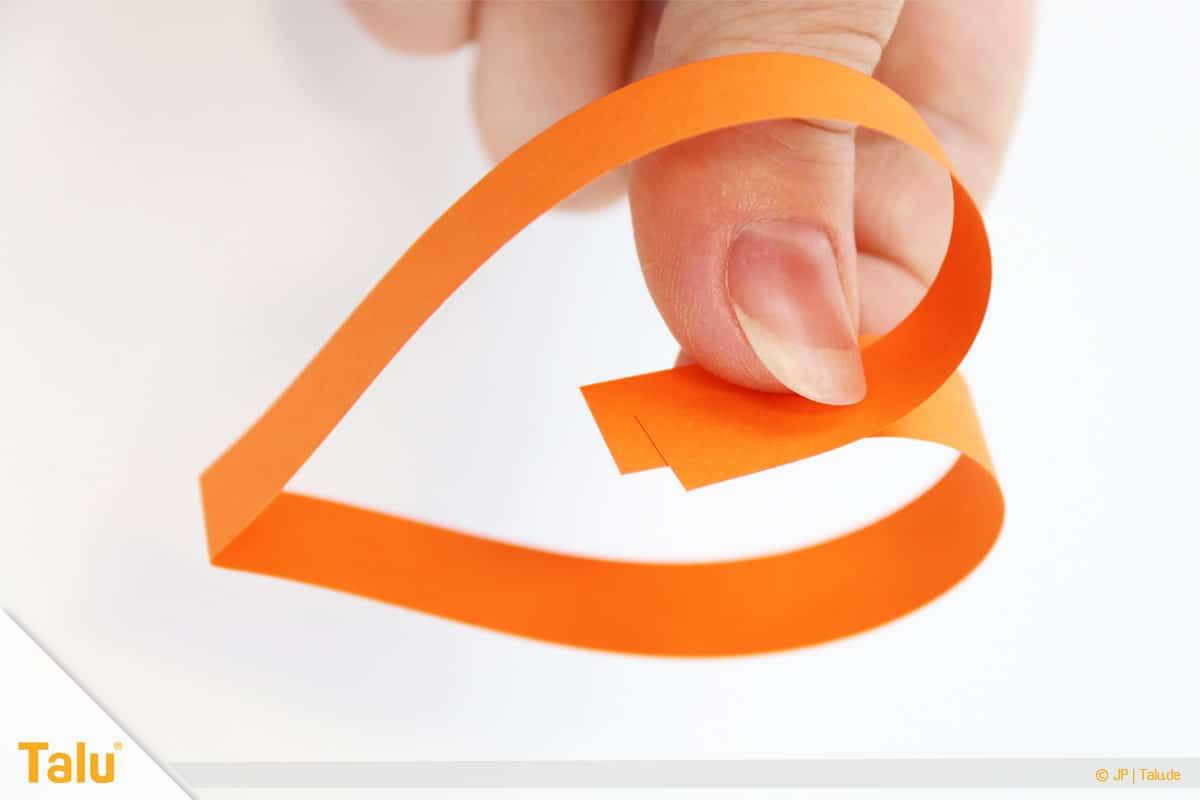 Herz basteln, Herzgirlande, Herz aus Papierstreifen formen