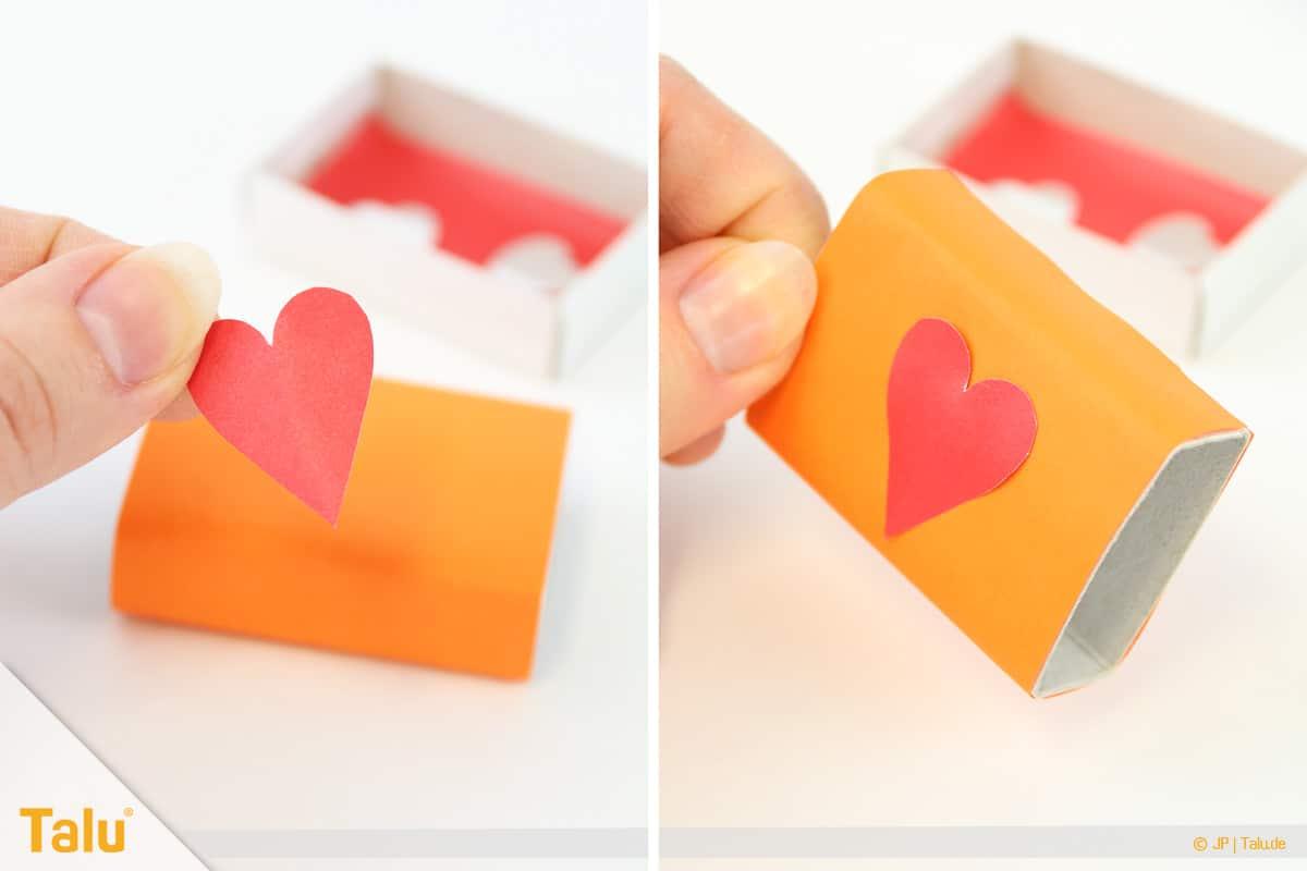 Herz basteln, Herzige Streichholzschachtel, Herz auf Schachtel kleben