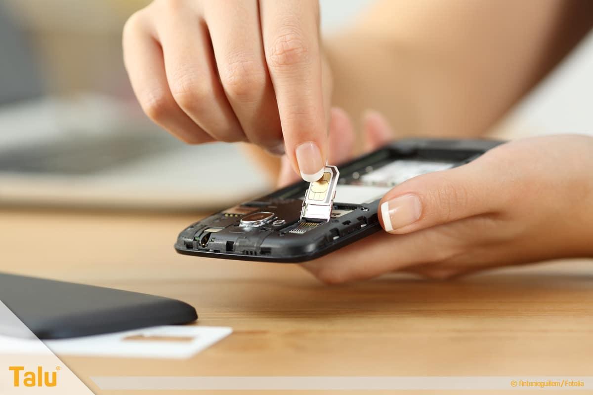 Nano/Micro SIM-Karte zuschneiden, zugeschnittene SIM-Karte ins Smartphone einsetzen