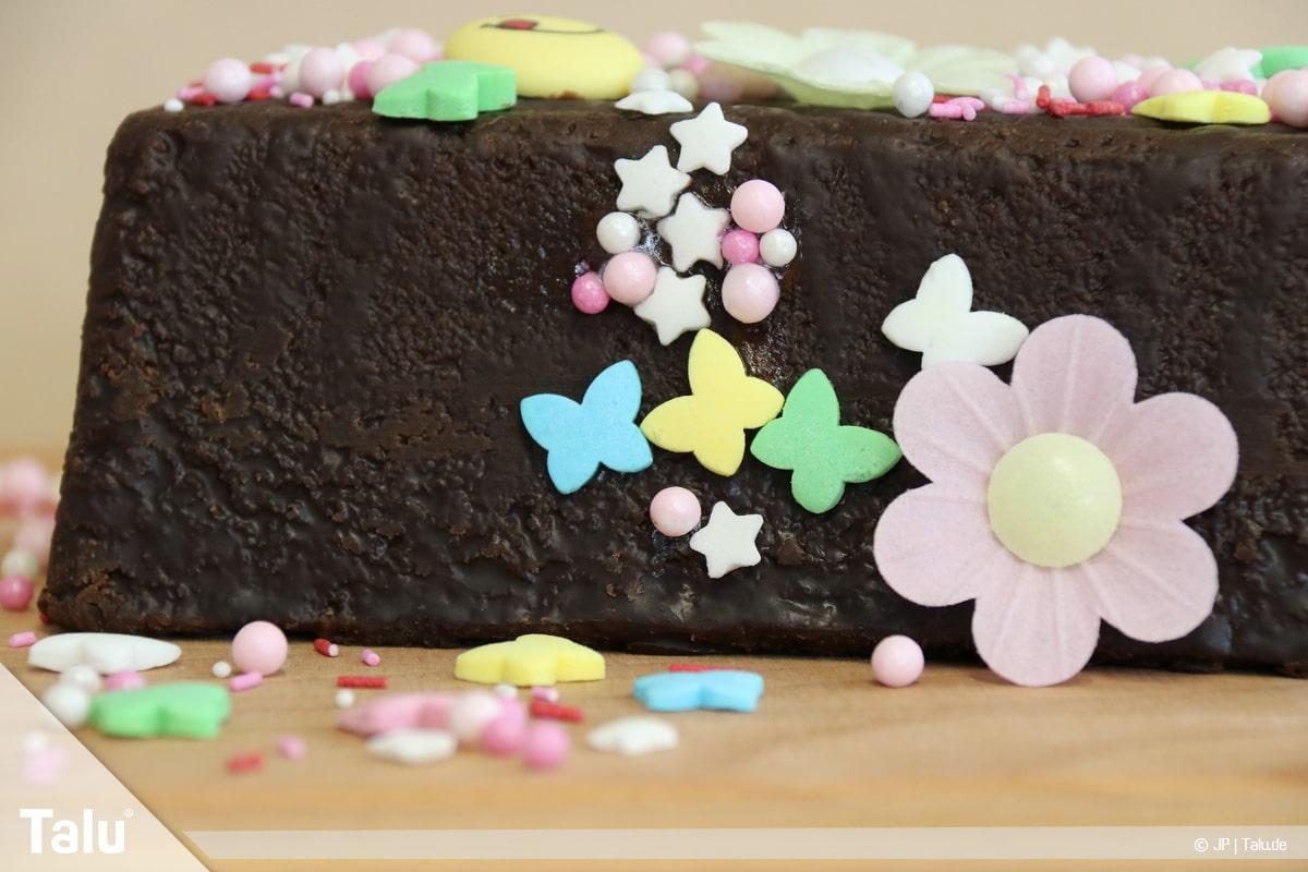 Essbaren Kleber selber machen, Zuckerkleber, angeklebte Zuckerdeko am Kuchen