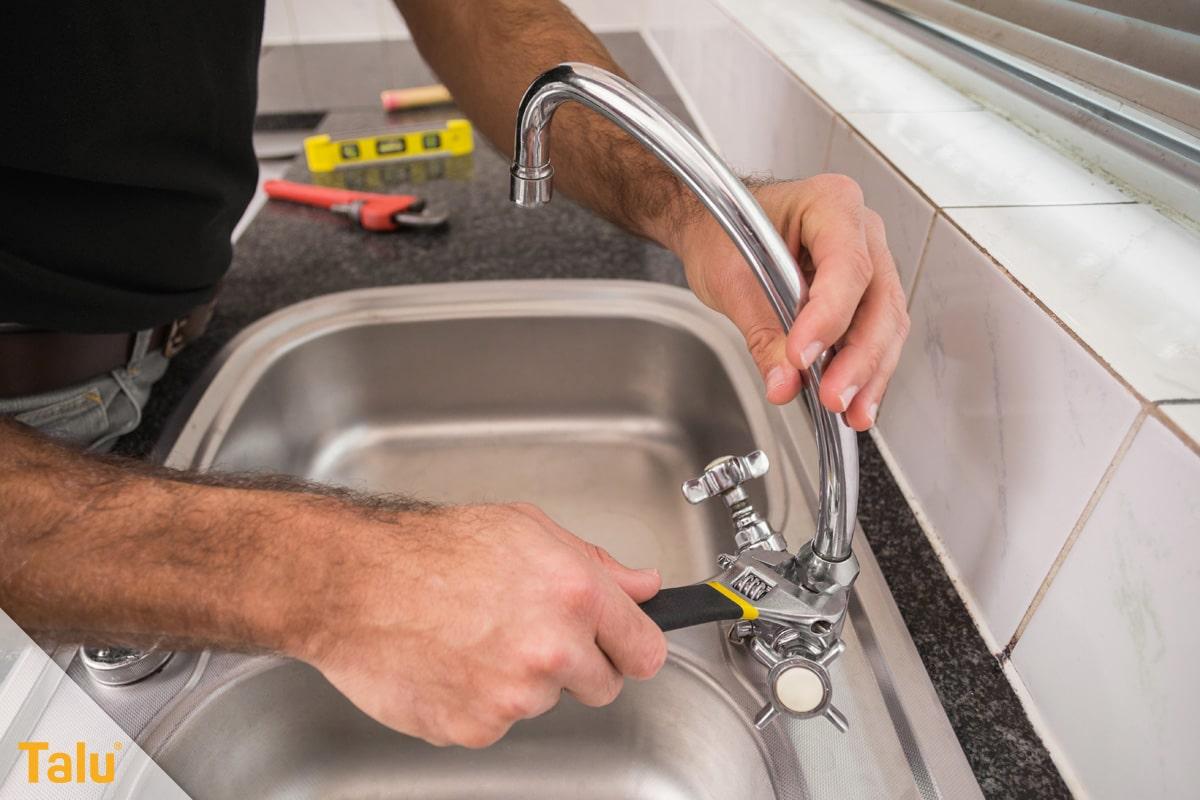Wasserhahn an der Spüle wechseln, Werkzeug verwenden