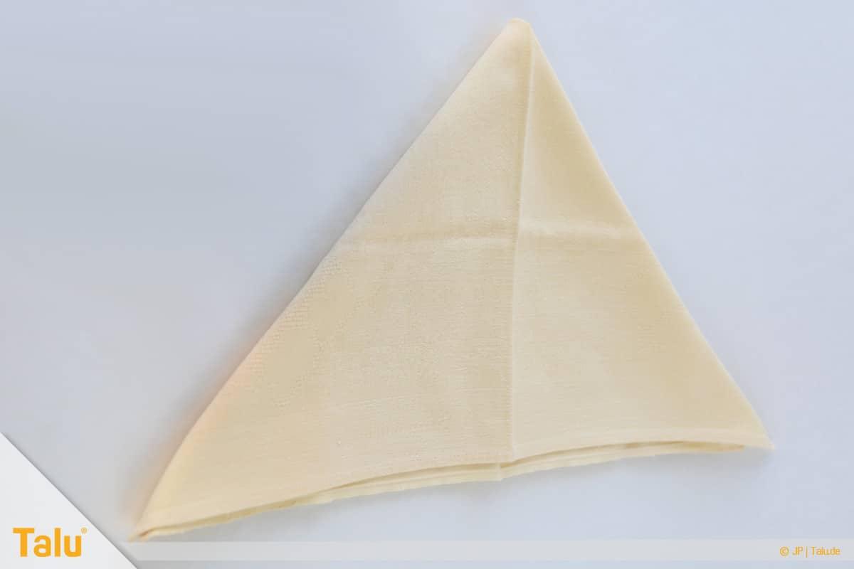 Oster basteln, Osterhase aus Stoffserviette, Serviette zum Dreieck falten