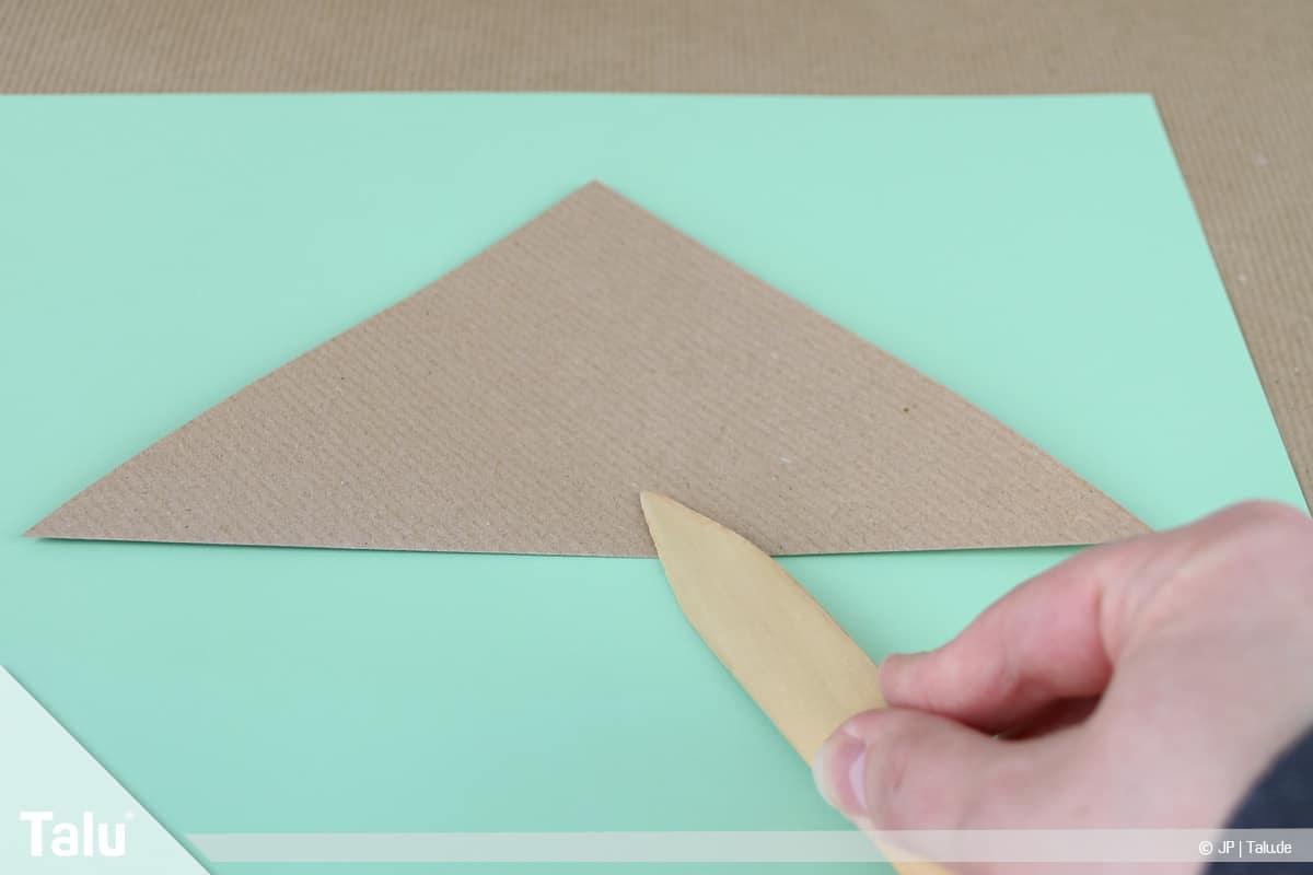 Osterhase basteln, Variante Hasengesicht, Dreieck wird gefaltet