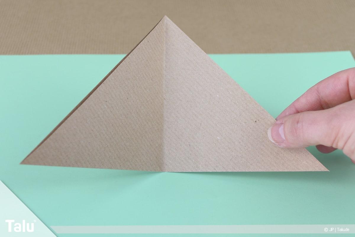 Osterhase basteln, Variante Hasengesicht, gefaltetes Dreieck aufklappen