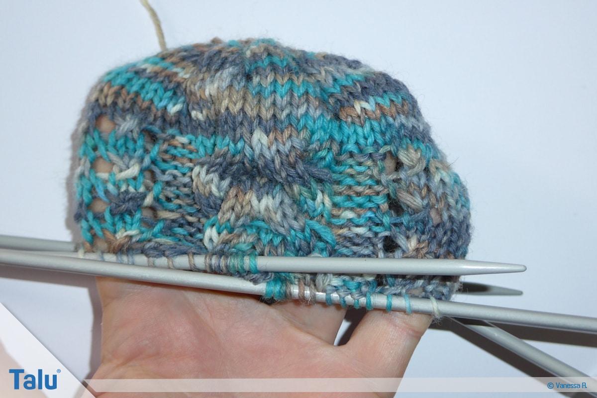 Socken mit Muster stricken, Maschen weiter überkreuzen