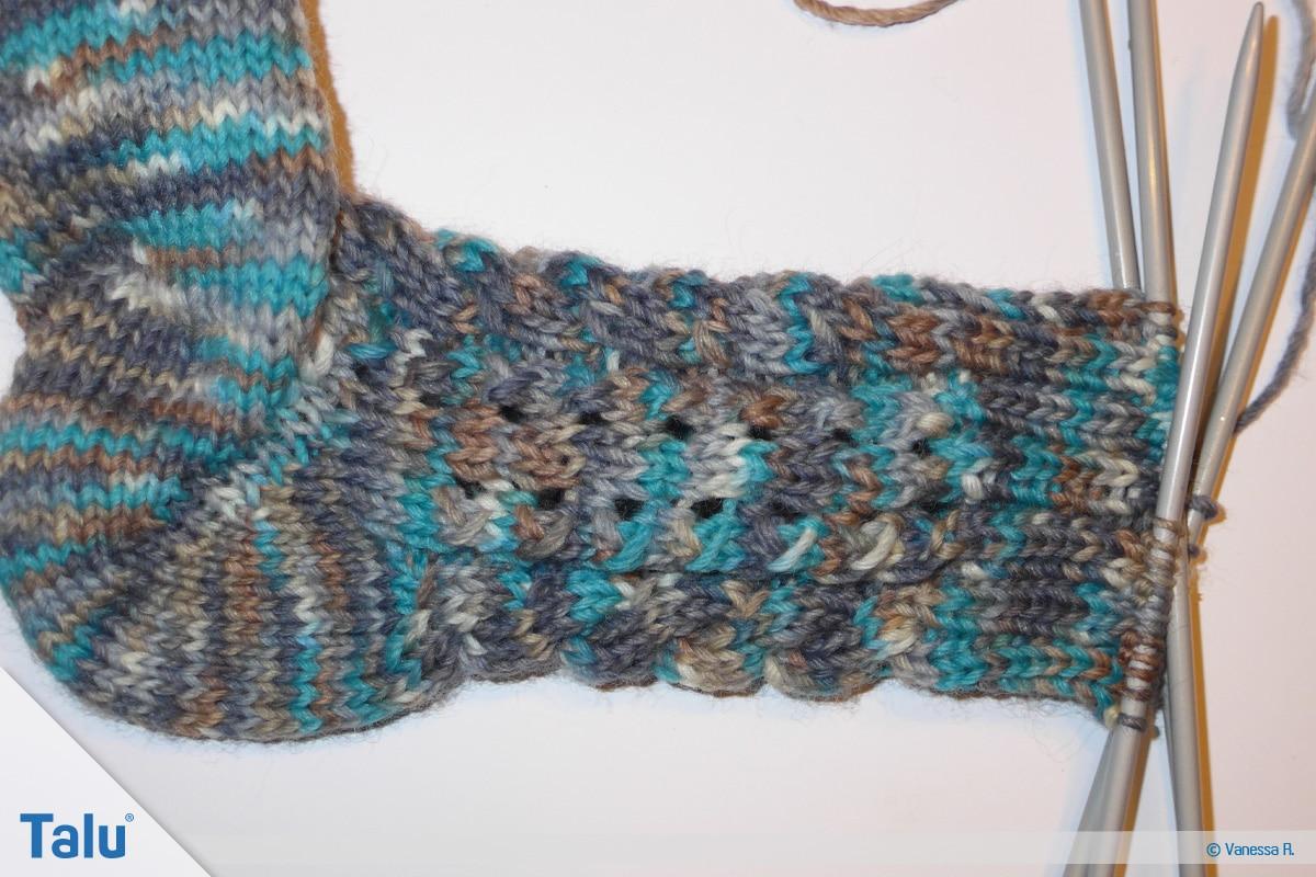 Socken mit Muster stricken, seitliches Lochmuster