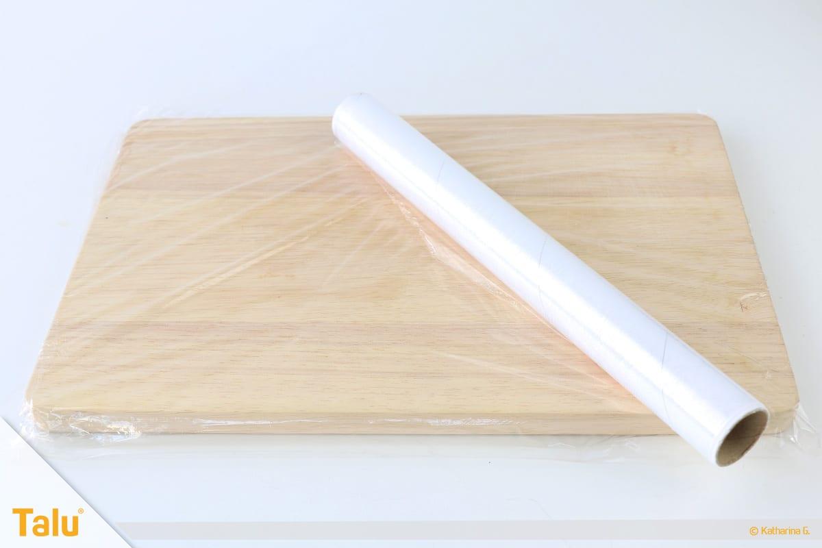 Essbarer Glitzer, Glitzerpulver, Variante mit Gelatine, Brett mit Klarsichtfolie vorbereiten