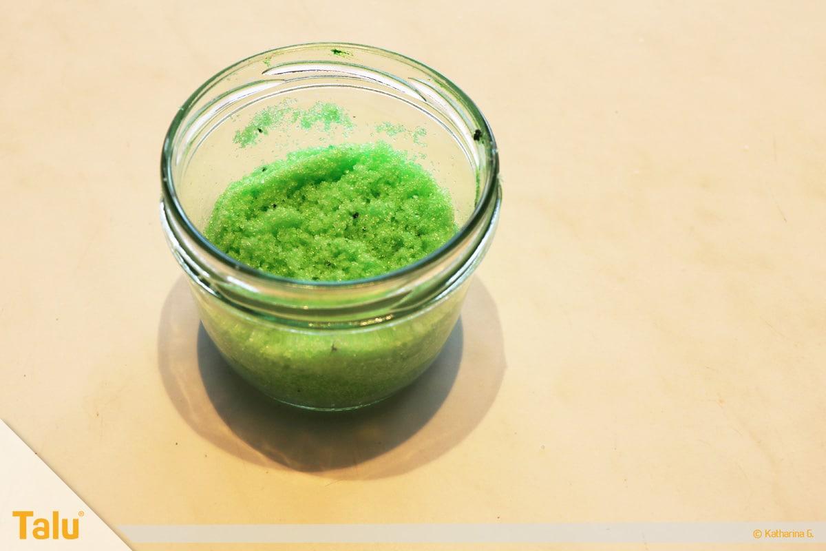 Essbarer Glitzer, Glitzerpulver, Variante aus Zucker, Zucker mit Lebensmittelfarbe mischen