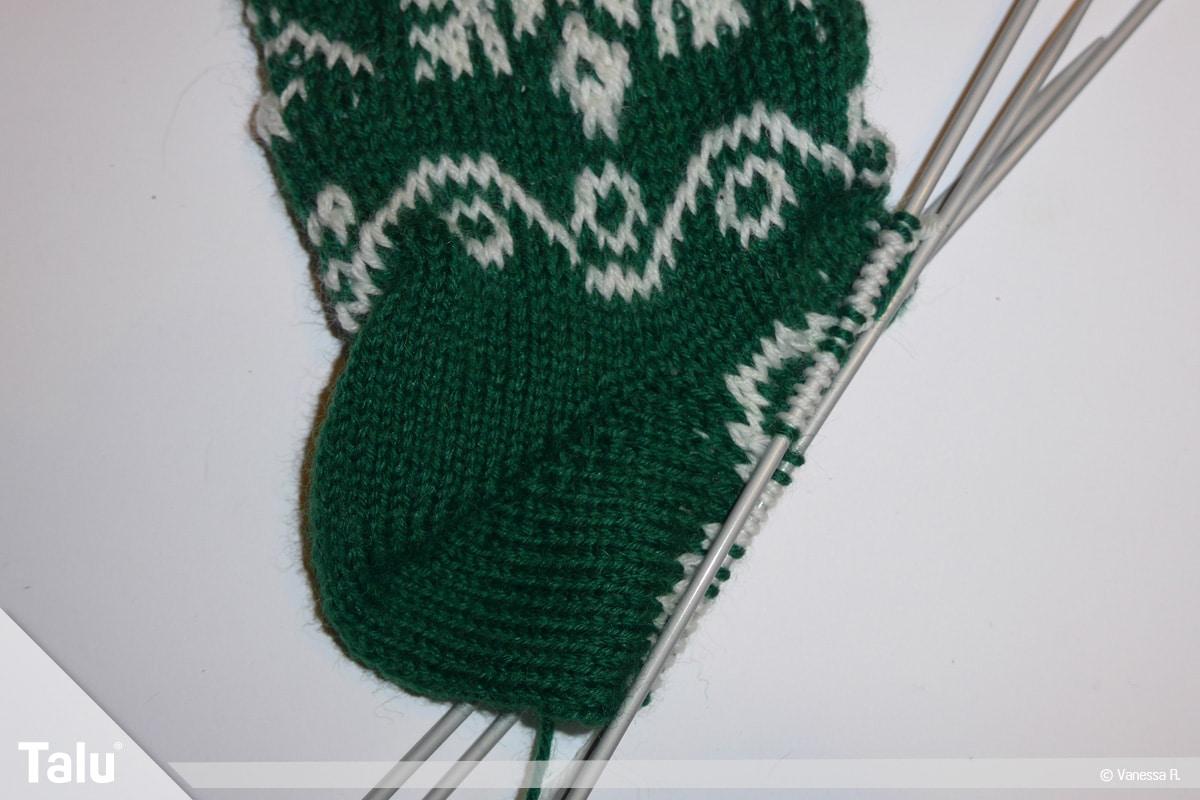 Gestrickte Socken, Norwegermuster, Ferse einfarbig stricken