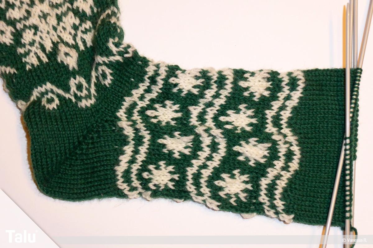 Gestrickte Socken, Norwegermuster, Wellenlinien als Muster