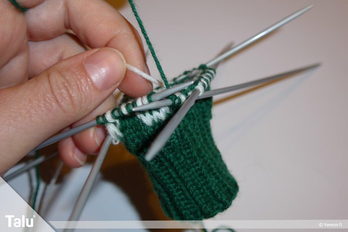 Gestrickte Socken, Norwegermuster, Muster zweifarbig stricken