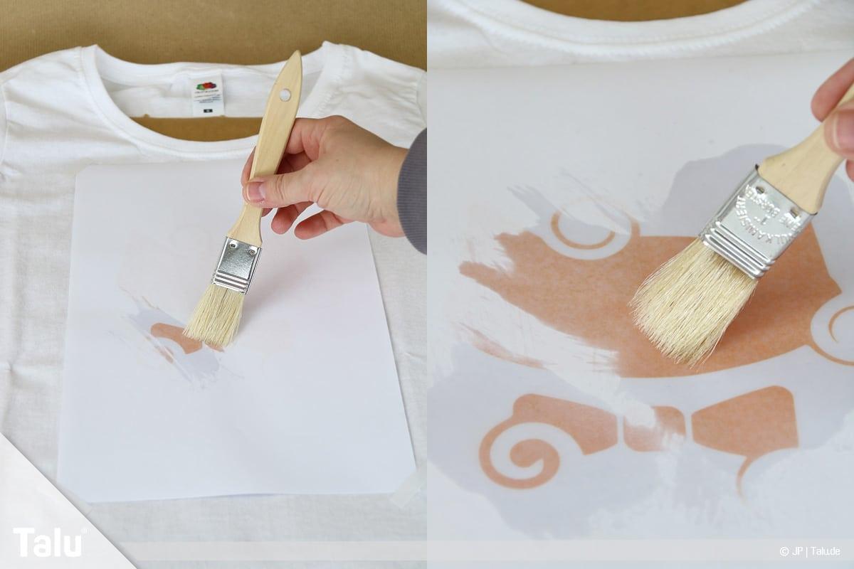 T-Shirt selbst bedrucken, mit Lavendelöl, Öl mit Pinsel verstreichen