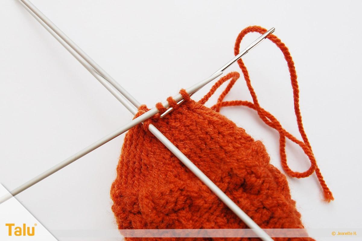 im Kreis stricken, in Runden stricken, Strickarbeit an Öffnung zusammenzeihen