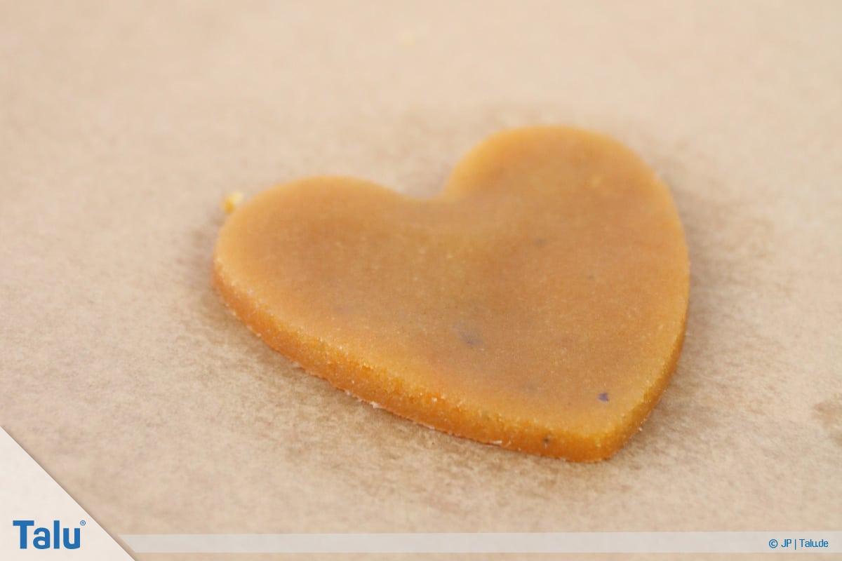 Marzipan färben, Variante mit Lebensmittelfarbe, gefärbtes Marzipan in Herzform
