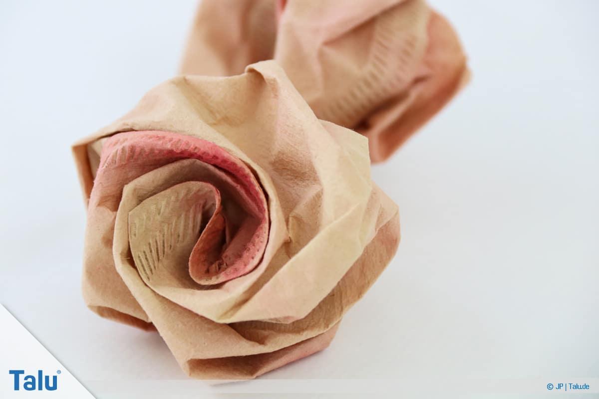 Papierrosen basteln, Anleitung, Papierrosen aus Filtertüten, gefertigte Rosen aus Filtertüten