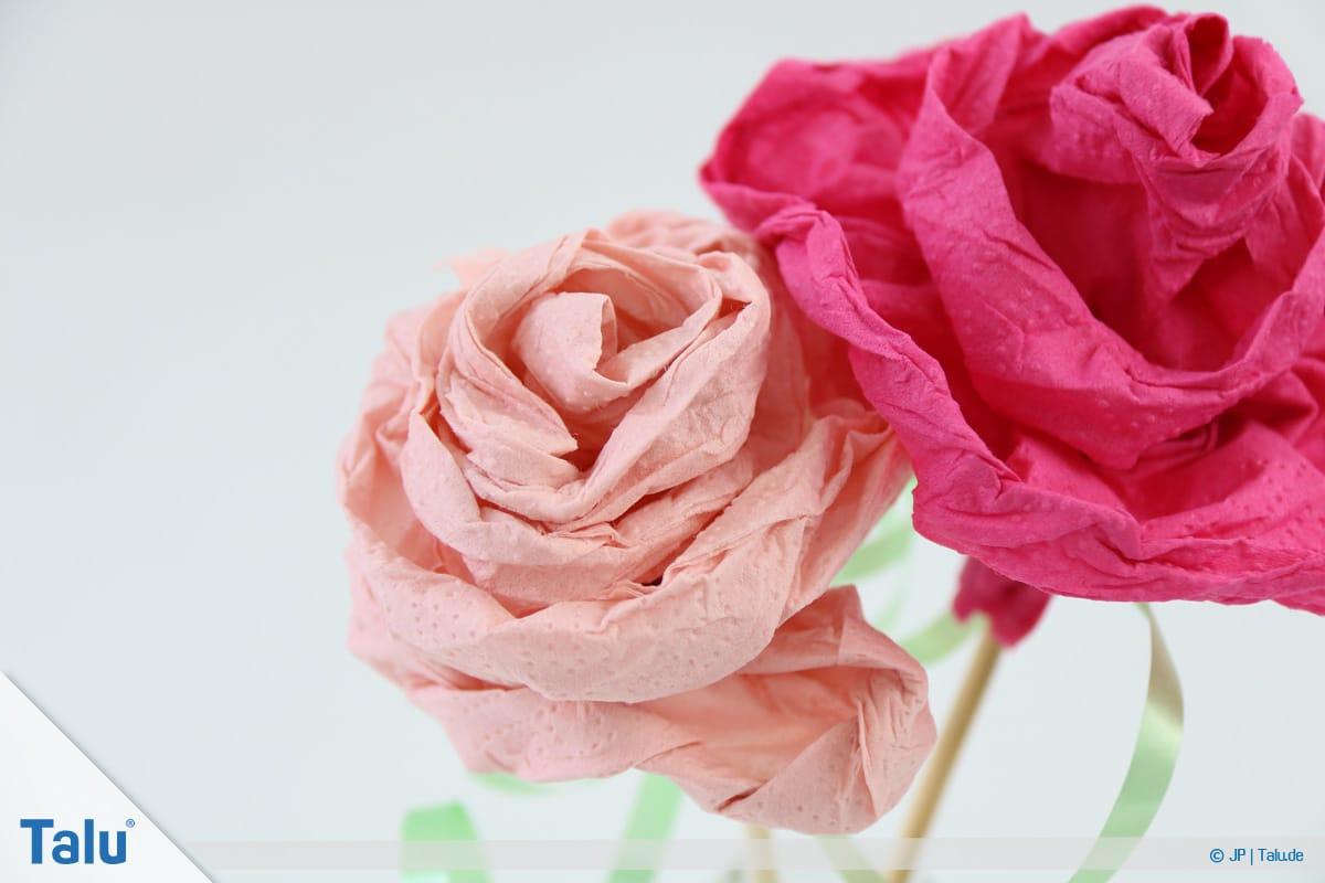 Papierrosen basteln, Anleitung, Papierrosen aus Servietten, fertige Servietten-Rosen in der Vase