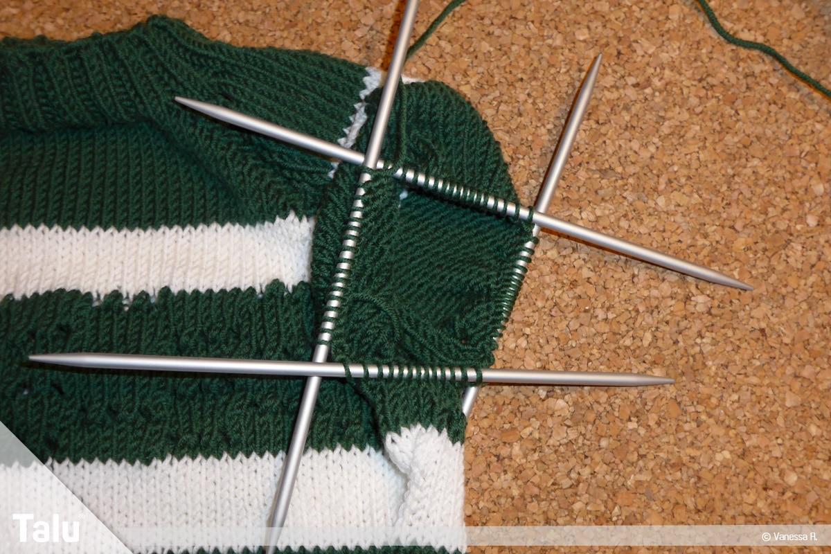 Raglan von oben stricken, Maschen für einen Arm auf Nadelspiel