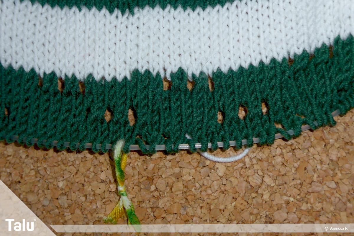Raglan von oben stricken, nebeneinanderliegende, gestrickte Löcher