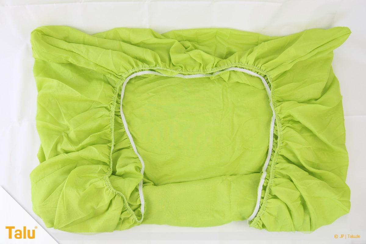 Spannbettlaken zusammenlegen in nur 20 Sekunden, zusammengefügte Ecken zurechtziehen