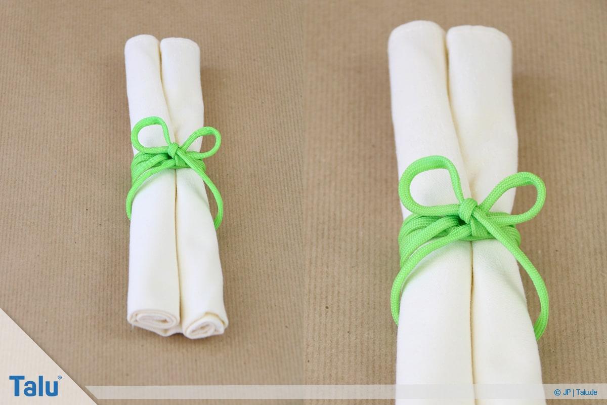 Stoffservietten falten, Doppelrolle, Schleife als Verzierung anbringen