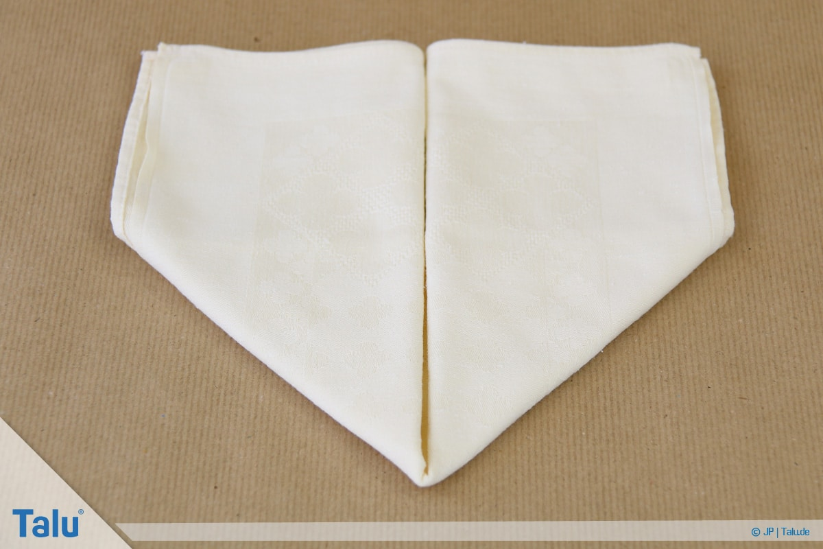 Stoffservietten falten, Häschen, Spitze nach unten entsteht