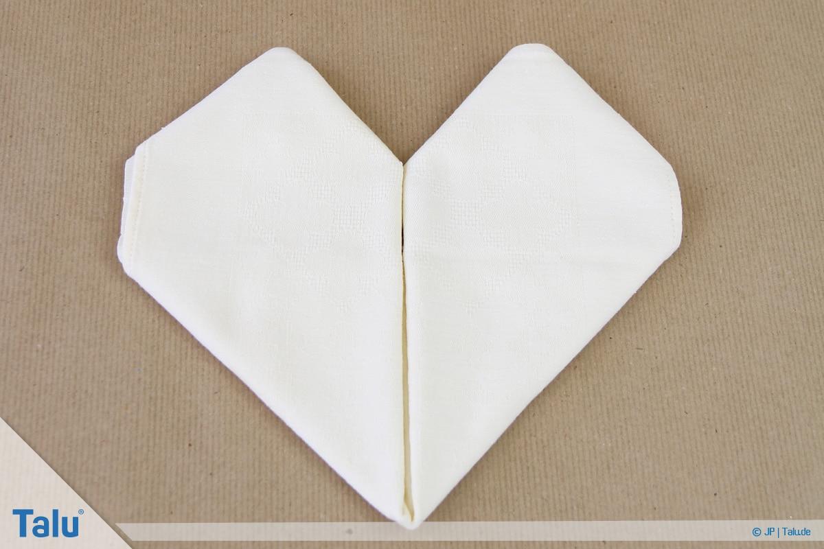 Stoffservietten falten, Herz, fertig gefaltetes Herz aus Stoffserviette