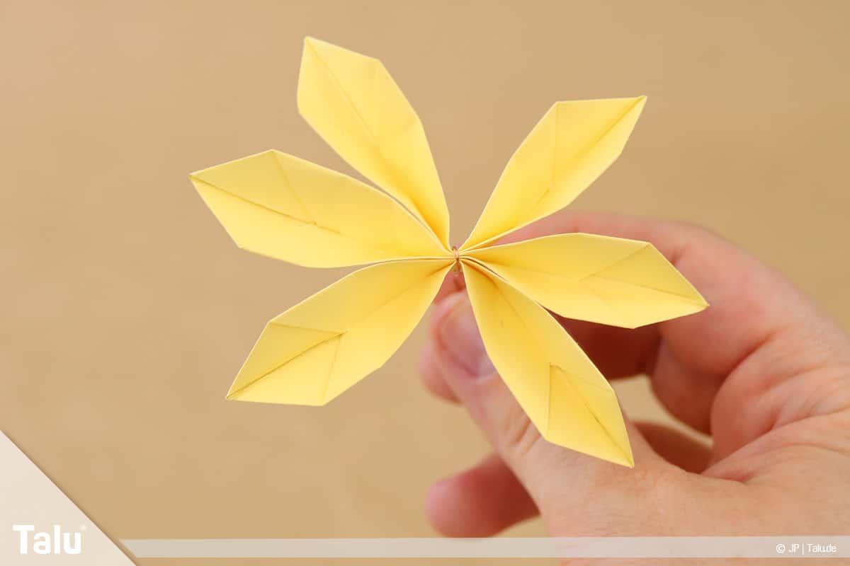 Abschiedsgeschenk für Kollegin basteln, Blumenstrauß, alle Blütenblätter aufklappen