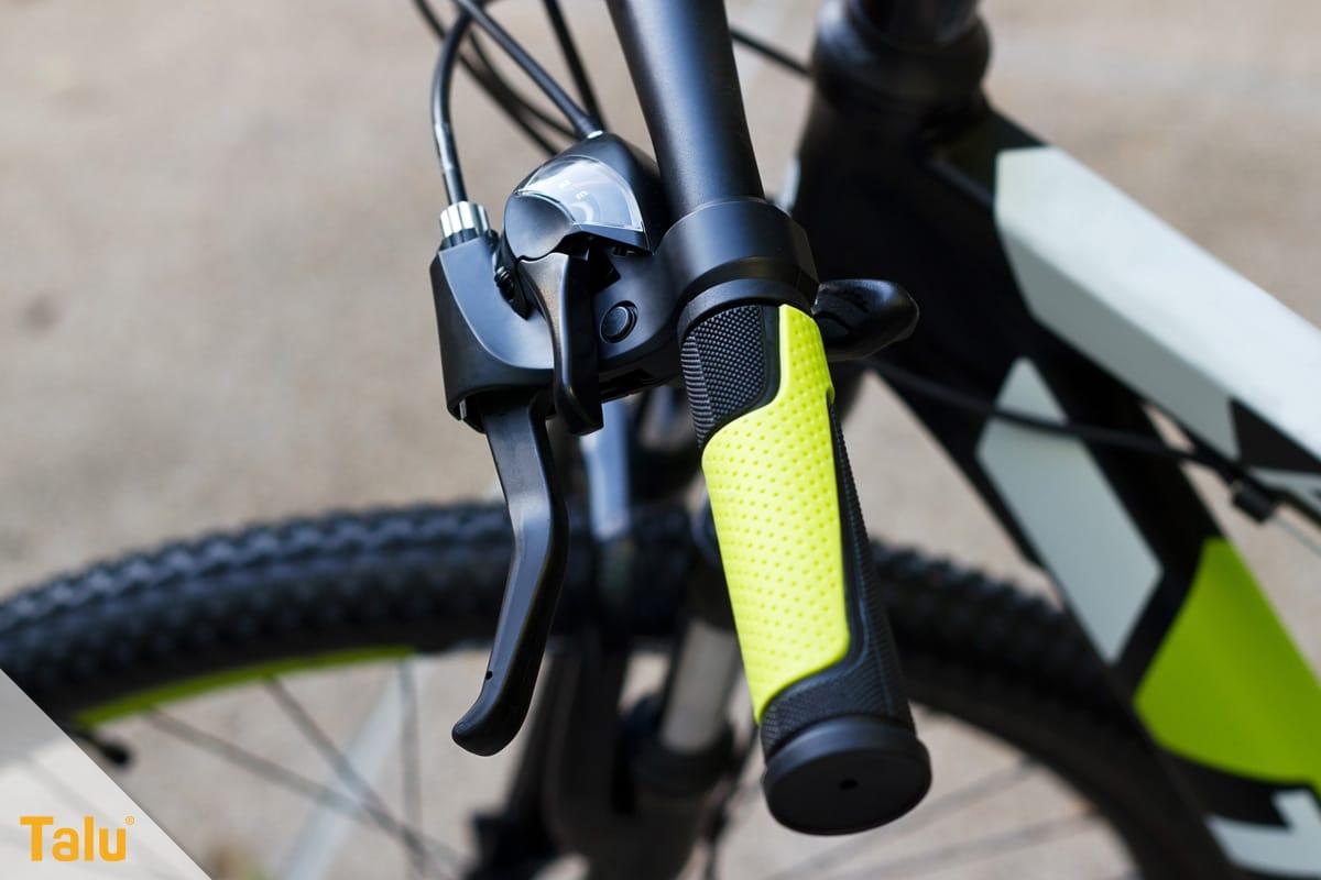 Klebrige gummierte Griffe und Oberflächen reinigen, Fahrradlenker mit Gummigriffen