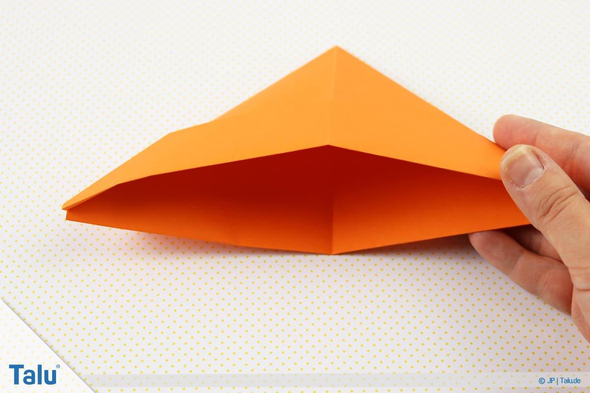 Origami Boot, Schiff basteln, drittes Schiffchen, Dreieck zeigt mit Spitze nach oben