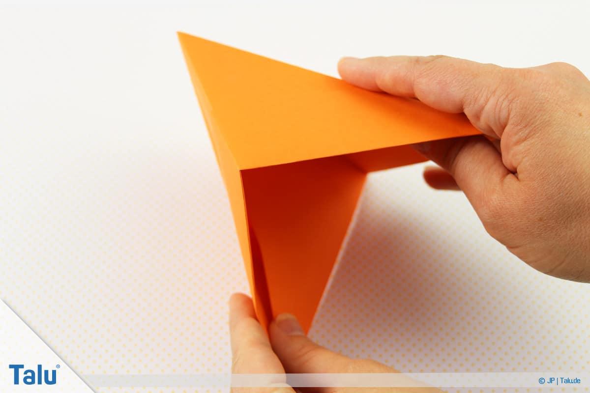 Origami Boot, Schiff basteln, drittes Schiffchen, Außenspitzen greifen