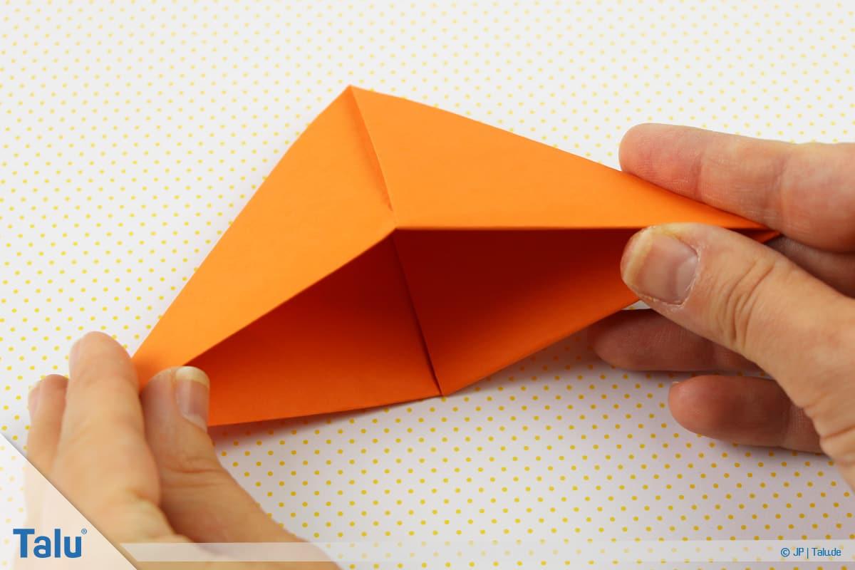 Origami Boot, Schiff basteln, drittes Schiffchen, wieder die Außenecken mit den Händen fassen