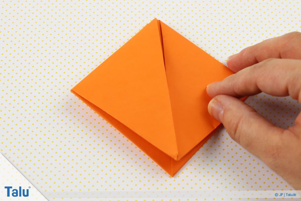 Origami Boot, Schiff basteln, drittes Schiffchen, kleines Viereck liegt mit Öffnung nach unten