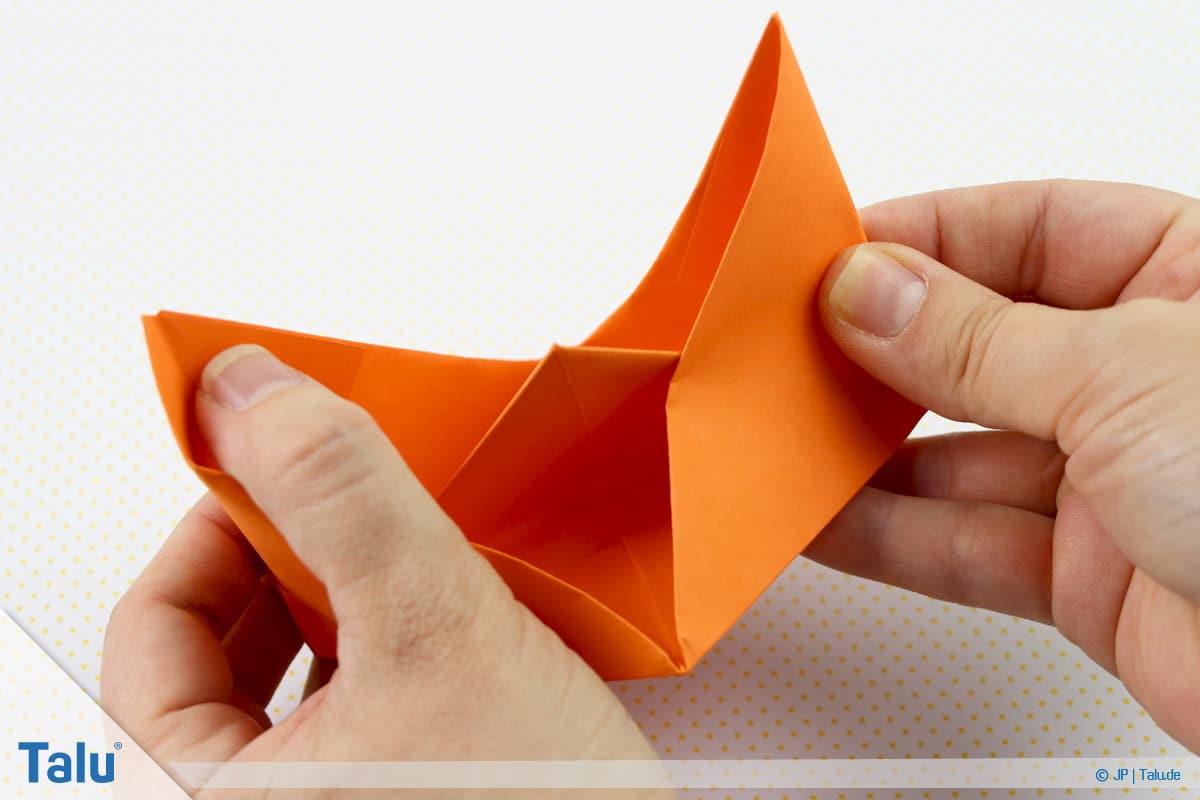 Origami Boot, Schiff basteln, drittes Schiffchen, mittig zeigt sich kleines Dreieck